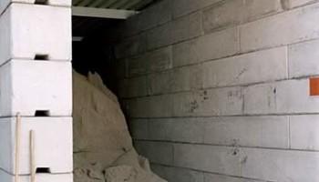 Betonsteinwand mit Dach