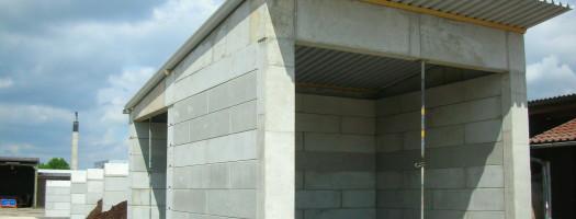 Schüttgutlagerboxen kombiniert mit einer kleinen Lagerhalle