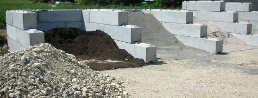 Lagerung von Humus, Kies, Sand.Splitt