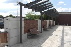 Überdachte Sitzmöglichkeit auf einem öffentlichen Platz