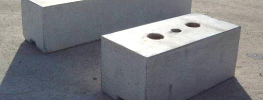 runde Öffnungen an der Oberfläche zur Befestigung von z.B. Zaunstangen