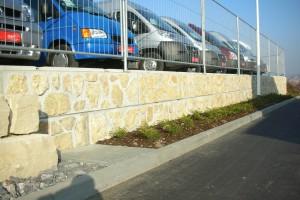 Als Randbefestigung eines Parkplatzes wurden hier MEGABLOC-Betonsteine mit Natursteinvorsatz verwendet. Im Handumdrehen konnte hier noch ein Zaun befestigt werden.