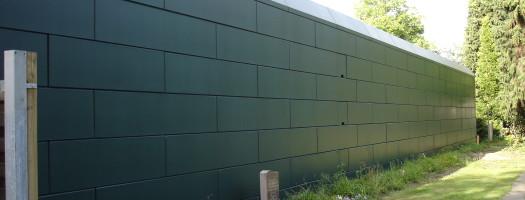 In der Mitte der Wand wurden Kreuznutblöcke eingebunden.