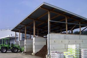 Lagerung von Rindenmulch und Humus. Das Dach aus einer einfachen Holz-Stahl-Konstruktion