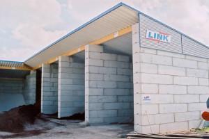 Lagerboxen mit Dach in einem Baustoffunternehmen