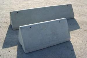 Der spitze MEGABLOC-Mauerabschluss