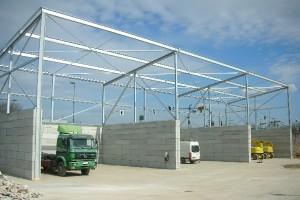 Die Dachkonstruktion aus Stahl ist angebracht