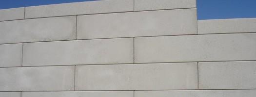 Durch die Sandstrahlung erhalten die Wandbausteine eine gleichmäßige Betonoptik.