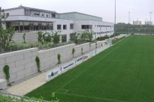 Im Sportpark Neuried wurde hier der Hang befestigt und die MEGABLOCs zur optischen Aufwertung sandgestrahlt.